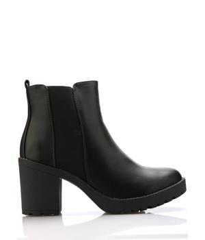 5ad9be572c67 Černé boty na podpatku s elastickou částí Claudia Ghizzani